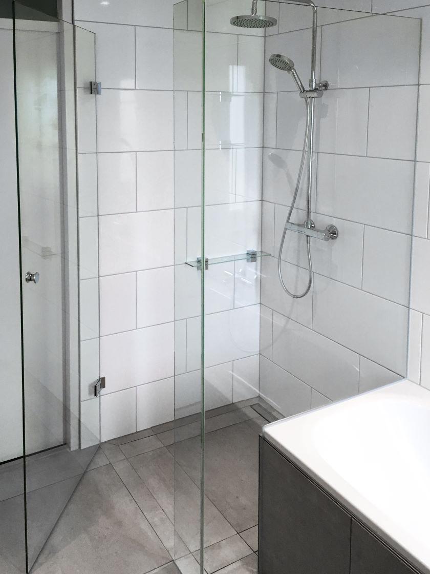 Glazen douchewanden laten plaatsen